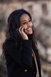Gelukkige zwarte tiener die een mobiele telefoon met behulp van Royalty-vrije Stock Fotografie