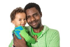 Gelukkige zwarte vader en babyjongen die op geïsoleerd wit Gebruik als achtergrond het knuffelen voor een kind, een ouderschap of  Royalty-vrije Stock Afbeeldingen