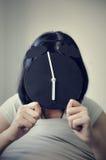 Geluktijd van Aziatische vrouw met een wekker op haar gezicht Stock Fotografie