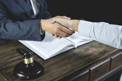 Gelukwens en samenwerkingsconcept, het Schudden handen na goede samenwerking, Zakenmanhanddruk met mannelijke advocaat daarna royalty-vrije stock foto's