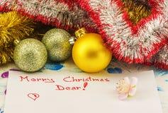 Gelukwensen op Kerstmis in rood op een blad van document wordt geschreven dat Stock Afbeelding