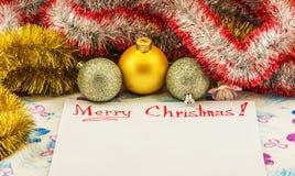 Gelukwensen Vrolijke die Kerstmis op een blad van document wordt geschreven met Royalty-vrije Stock Foto