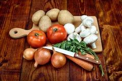 Gemüse auf dem hölzernen Brett Stockbilder