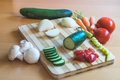 Gemüse auf einem Ausschnittvorstand Lizenzfreies Stockbild
