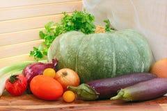 Gemüse auf einem hölzernen Behälter am sonnigen Tag Landhausstil Pum Stockfotografie