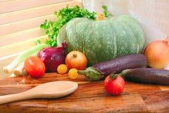 Gemüse auf einem hölzernen Behälter am sonnigen Tag Landhausstil Pum Lizenzfreie Stockfotografie