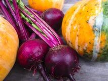Gemüse auf einem hölzernen Hintergrund Lizenzfreies Stockfoto