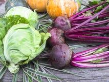 Gemüse auf einem hölzernen Hintergrund Stockfotos