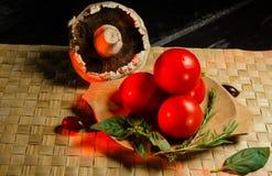 Gemüse auf einer hölzernen Platte lizenzfreie stockfotos