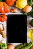 Gemüse auf einer weißen Tabelle, Draufsicht Stockfotografie