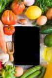 Gemüse auf einer weißen Tabelle, Draufsicht Stockbild