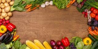 Gemüse auf hölzernem Beschaffenheitshintergrund Lizenzfreie Stockfotos