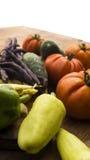 Gemüse auf hölzernem hackendem Brett und Tabelle Stockfoto