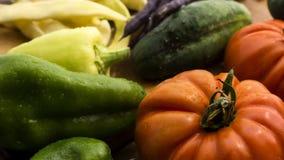 Gemüse auf hölzernem hackendem Brett und Tabelle Lizenzfreie Stockfotografie