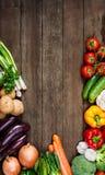 Gemüse auf hölzernem Hintergrund mit Raum für Text. Biologisches Lebensmittel. Lizenzfreies Stockfoto