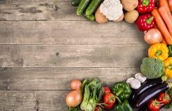Gemüse auf hölzernem Hintergrund mit Raum für Text. Biologisches Lebensmittel. stockfotos