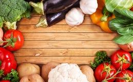 Gemüse auf hölzernem Hintergrund mit Raum für Text. Biologisches Lebensmittel. Stockbilder