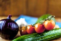 Gemüse auf hölzernem Hintergrund von oben stockfotografie