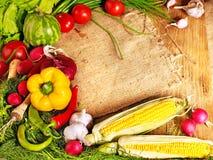 Gemüse auf hölzernen Vorständen. Stockbild