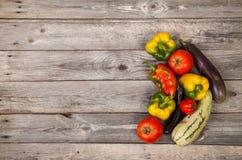 Gemüse auf hölzerner Tabelle Lizenzfreie Stockbilder
