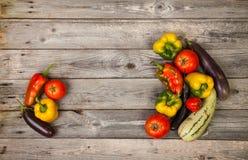 Gemüse auf hölzerner Tabelle Stockbilder