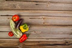 Gemüse auf hölzerner Tabelle Lizenzfreie Stockfotos