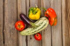 Gemüse auf hölzerner Tabelle Stockfoto