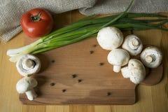 Gemüse auf Küchentisch Stockfotos
