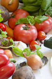 Gemüse auf weißer Tischdecke lizenzfreies stockbild