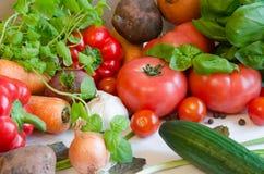 Gemüse auf weißer Tischdecke stockfotos