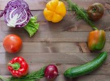 Gemüse, das den hölzernen Hintergrund angrenzt Lizenzfreies Stockbild