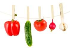 Gemüse, das an einer Wäscheleine hängt Stockfotos