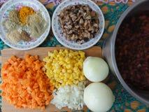 Gemüse, das mit Bohnen und Pilzen kocht Lizenzfreie Stockfotos