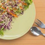 Gemüse in der Tabelle und im Löffel Stockbild
