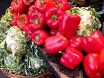 Gemüse für Verkauf - rote Pfeffer und grüner Blumenkohl Lizenzfreie Stockbilder