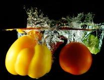 Gemüse fallen gelassen unter Wasser Stockfotos