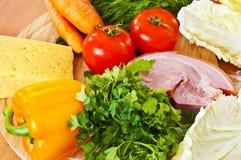 Gemüse, Fleisch, Käse auf hölzernem hackendem Vorstand Lizenzfreies Stockfoto