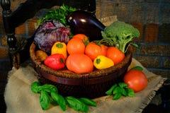 Gemüse im Korb auf Sackleinen Rustikale Art Stockfoto