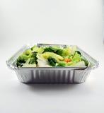 Gemüse im Metallessen zum mitnehmen-Behälter Stockfotos