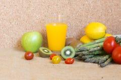 Gemüse macht zusammen frischen Vitaminsaft Lizenzfreies Stockfoto