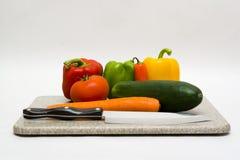 Gemüse mit einem Messer Stockbild