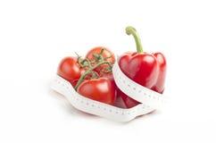 Gemüse mit messendem Band auf Weiß Stockbild