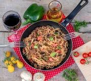 Gemüse, Rindfleisch und Nudelbratpfanne mit Pilzen stockbilder