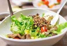 Gemüse-Salat mit geschnittenem Rindfleisch Stockbild