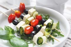 Gemüse-shashlik machte von den Kirschtomaten, vom Mozzarella und von den schwarzen Oliven stockbilder