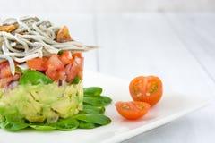 Gemüse und Babyaale oder -junge Aale tartare Stockbilder