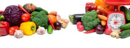 Gemüse und eine Küchenskala auf einem weißen Hintergrund Stockfotografie