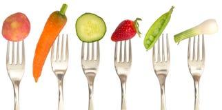 Gemüse und Früchte auf den Gabeln lizenzfreie stockfotos