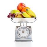 Gemüse und Früchte auf einer wiegenden Skala Lizenzfreies Stockfoto