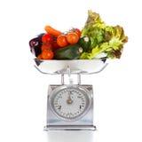 Gemüse und Früchte auf einer wiegenden Skala Lizenzfreies Stockbild